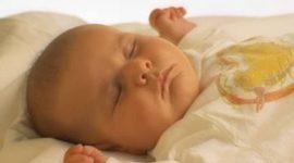 La alimentación es básica para que los bebés duerman bien