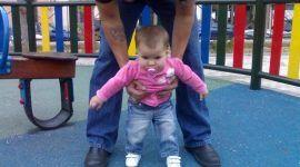 Un bebé listo para caminar
