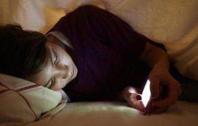 ¿Por qué no es bueno dormir con el móvil encendido?
