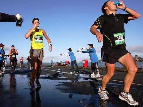 Beber mucha agua durante el ejercicio