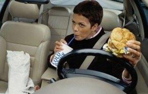 Comer mientras se viaje en coche ¿buena idea?