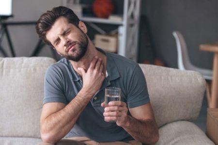 remedios-caseros-para-aclarar-la-voz-hombre-vaso-de-agua
