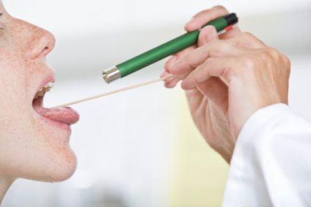 remedios-caseros-para-aclarar-la-voz-medico-viendo-garganta
