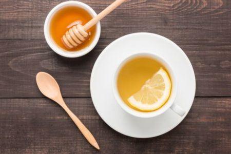 remedios-caseros-para-aclarar-la-voz-miel-y-limon