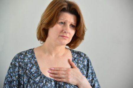 sintomas-del-sindrome-tietze-mujer-dolor-pecho